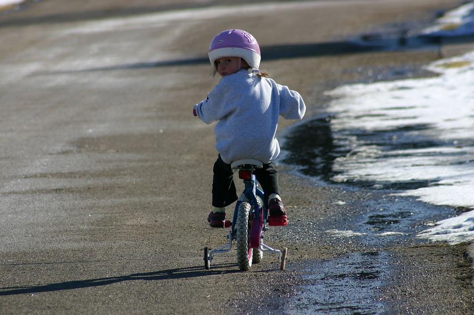 女の子が自転車に乗る